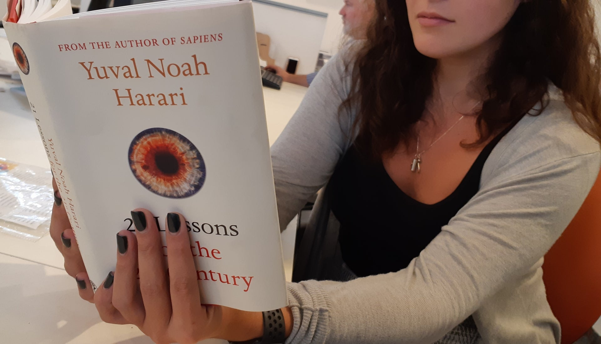 A woman reading Noah Harari's latest book. The new liberal story woven by Harari is characterized by a blurring of the social reality and its political alternatives.
