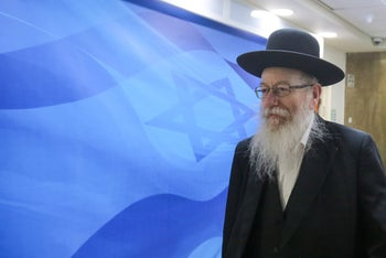 File photo: Deputy Health Minister Yaakov Litzman makes his way to the weekly cabinet meeting in Jerusalem, March 25, 2018.