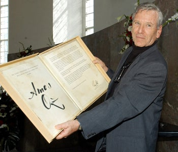 File photo: Israeli author Amos Oz poses after he was award with the Goethe Prize in the Pauls Church in Frankfurt, Germany, August 28, 2005.