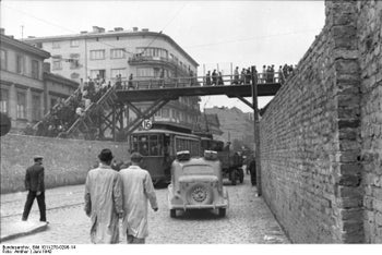 Chłodna Street (looking west) from the intersection with Żelazna Street. The street was Aryan; the wooden footbridge connected the Small and Big Ghetto. Warsaw, June 1, 1942