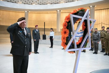 Lt. Gen. Gadi Eisenkot lays a wreath and salutes for fallen soldiers buried at Mount Herzel, January 15, 2019.