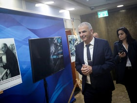 Finance Minister Moshe Kahlon and his adviser Lihi Golan at the entrance to a cabinet meeting, December 2018.