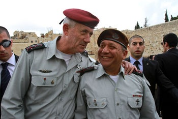Benny Gantz chatting with his successor as chief of staff, Gadi Eisenkot, during a visit to the Western Wall in Jerusalem, February 16, 2015.