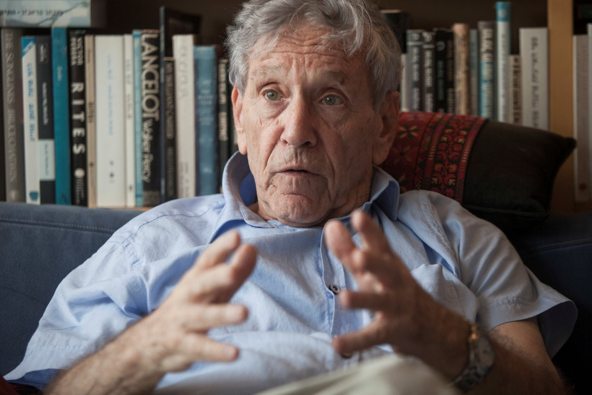 In this Nov. 4, 2015 file photo, Israeli writer Amos Oz poses for a photo at his house in Tel Aviv, Israel. Israeli media said Friday, Dec. 28, 2018 that renowned Israeli author Amos Oz has died at the age of 79.