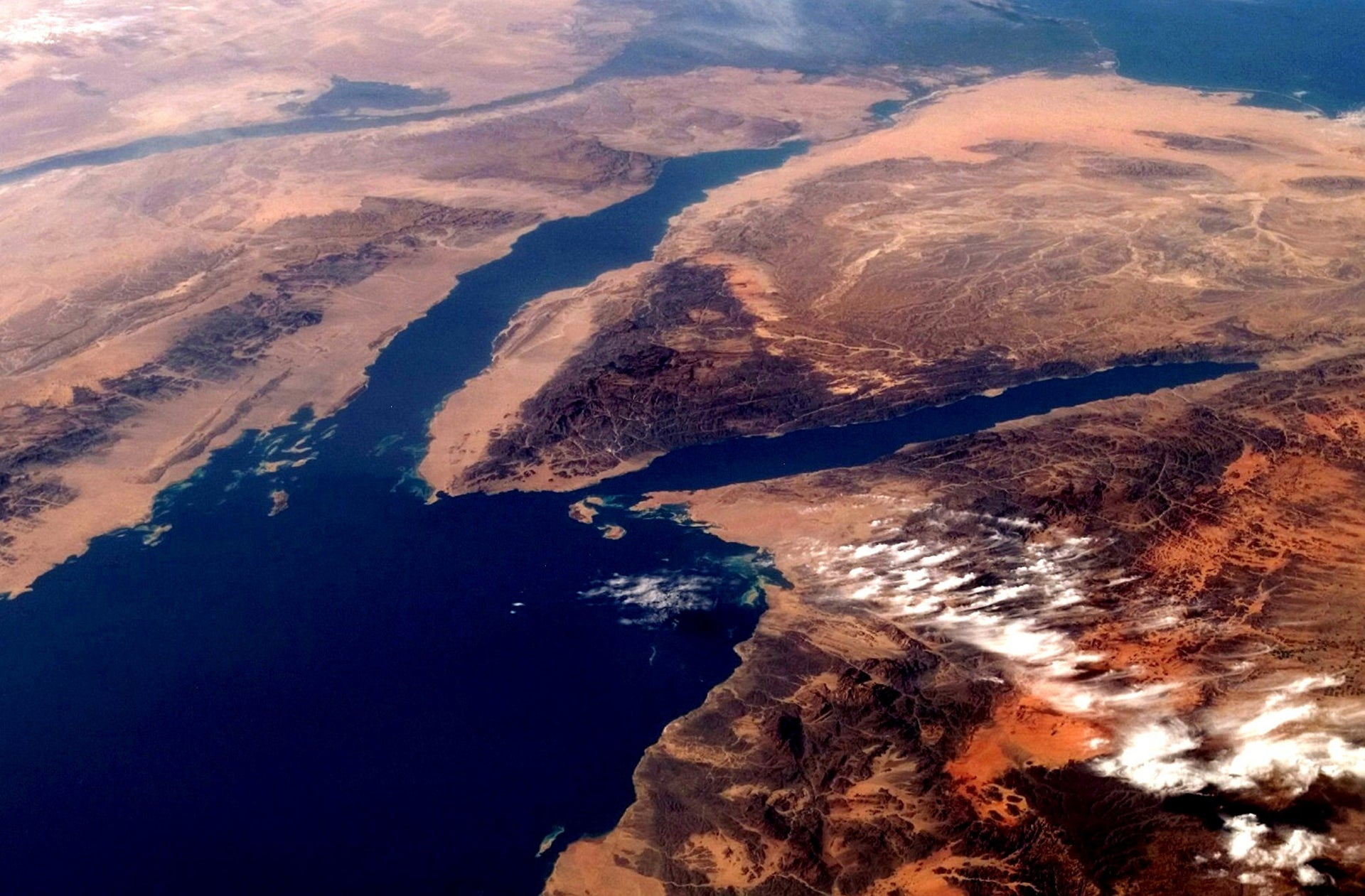 Sinai, between the Gulf of Suez (west) and Gulf of Aqaba (east).