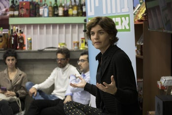 Meretz leader Tamar Zandberg talking to party members in Tel Aviv, February 2019.