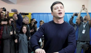 Ukrainian comic actor and presidential candidate Volodymyr Zelenskiy casts his ballot at a polling station during a presidential election in Kiev, Ukraine March 31, 2019