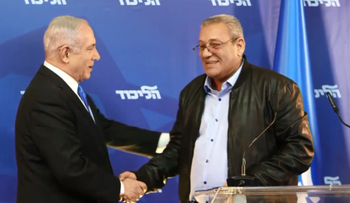 """Prime Minister Benjamin Netanyahu shakes hands with """"Captain George"""" Giora Ezra at a press conference on April 1"""