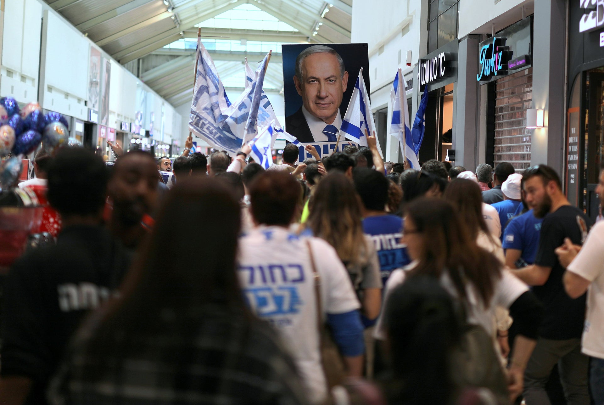 Supporters of Benny Gantz's Kahol Lavan party at a mall in Rehovot, April 4, 2019.