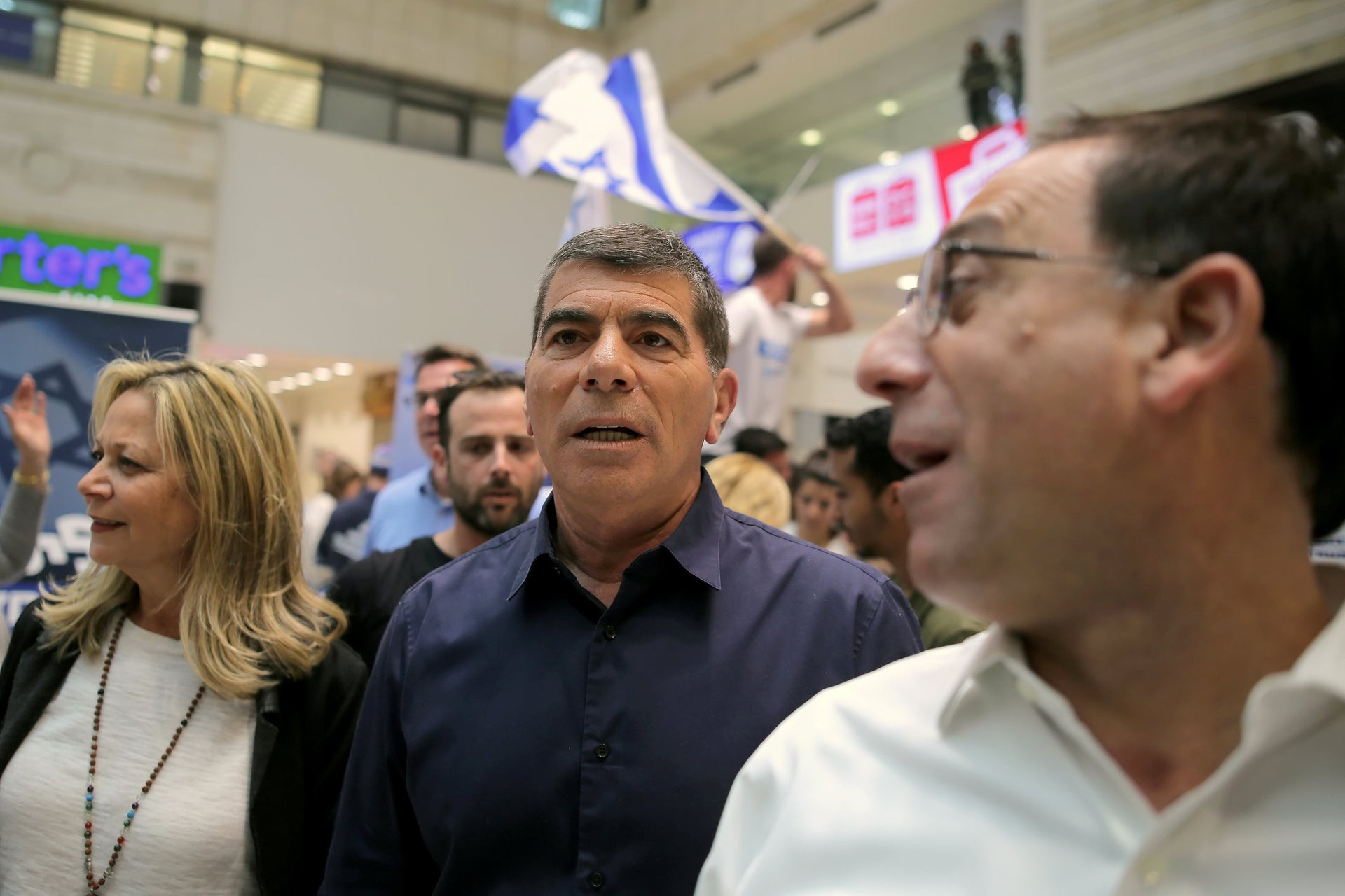 Kahol Lavan candidates Miki Haimovich and Gabi Ashkenazi meeting supporters at a mall in Rehovot, April 4, 2019.