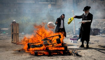 Ultra-Orthodox Jews burning leavened bread before Passover, Jerusalem, April 19, 2019.