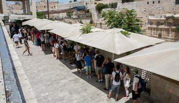 Jewish Israelis waiting in line to enter the Temple Mount in 2017