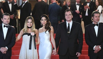 """US actor Leonardo DiCaprio (L), Australian actress Margot Robbie, US film director Quentin Tarantino (2ndR) and his wife Israeli singer Daniella Pick and US actor Brad Pitt pose before leaving the Festival Palace after the screening of the film """"Once Upon a Time... in Hollywood"""" at the 72nd edition of the Cannes Film Festival in Cannes, southern France, on May 21, 2019"""