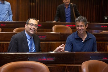 Kahol Lavan lawmakers Zvi Hauser and Yoaz Hendel in the Knesset.