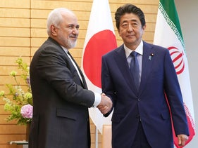 File photo: Iranian Foreign Minister Mohammad Javad Zarif, left, and Japanese Prime Minister Shinzo Abe, right, shake hands at Abe's official residence in Tokyo, May 16, 2019.