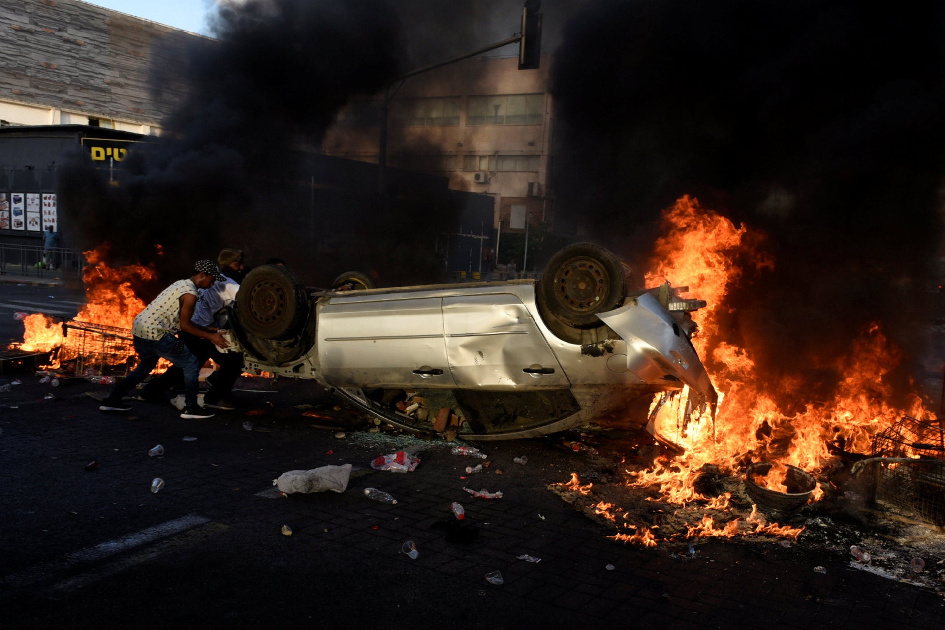 Protesters are burning a car at an Ethiopian Israeli demonstraion, in Tel Aviv.