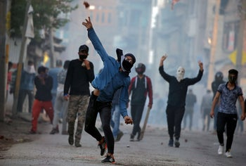 A Kashmiri protester throws stones at Indian police during a protest against the killing of Zakir Rashid Bhat (Zakir Musa), leader of an al-Qaida affiliated militant group. Srinagar, May 25, 2019