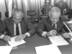 Shimon Peres (L) and Yitzhak Shamir signing a rotation agreement, 1984.