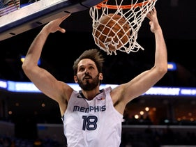 Casspi dunks during the second half of the Memphis Grizzlies NBA basketball game against the Sacramento Kings in Memphis, January 25, 2019.