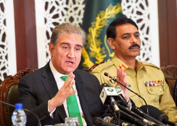 Pakistani Foreign Minister Shah Mahmood Qureshi (L) and military spokesman Maj Genreal Asif Ghafoor (R) address a press conference at the foreign ministry in Islamabad on August 17, 2019