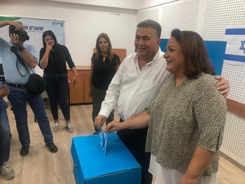 Amir Peretz arrived with his wife Ahlama voting in Sderot, September 17, 2019.