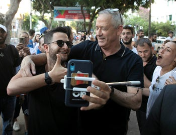 Benny Gantz taking a selfie with a supporter on Election Day, September 17, 2019.