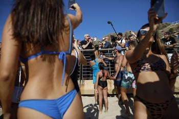 Kahol Lavan's Benny Gantz makes surprise visit to the beaches of Tel Aviv, exhorting sunbathers to go vote on Election Day, September 17, 2019.