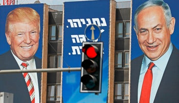 A stoplight in front of a Netanyahu campaign poster, showing him with Trump, Jerusalem, September 14, 2019.