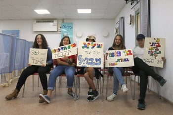 Children at the Keshet school in Mazkeret Batya preparing for a protest against using disposable dishes, Oct. 31, 2019