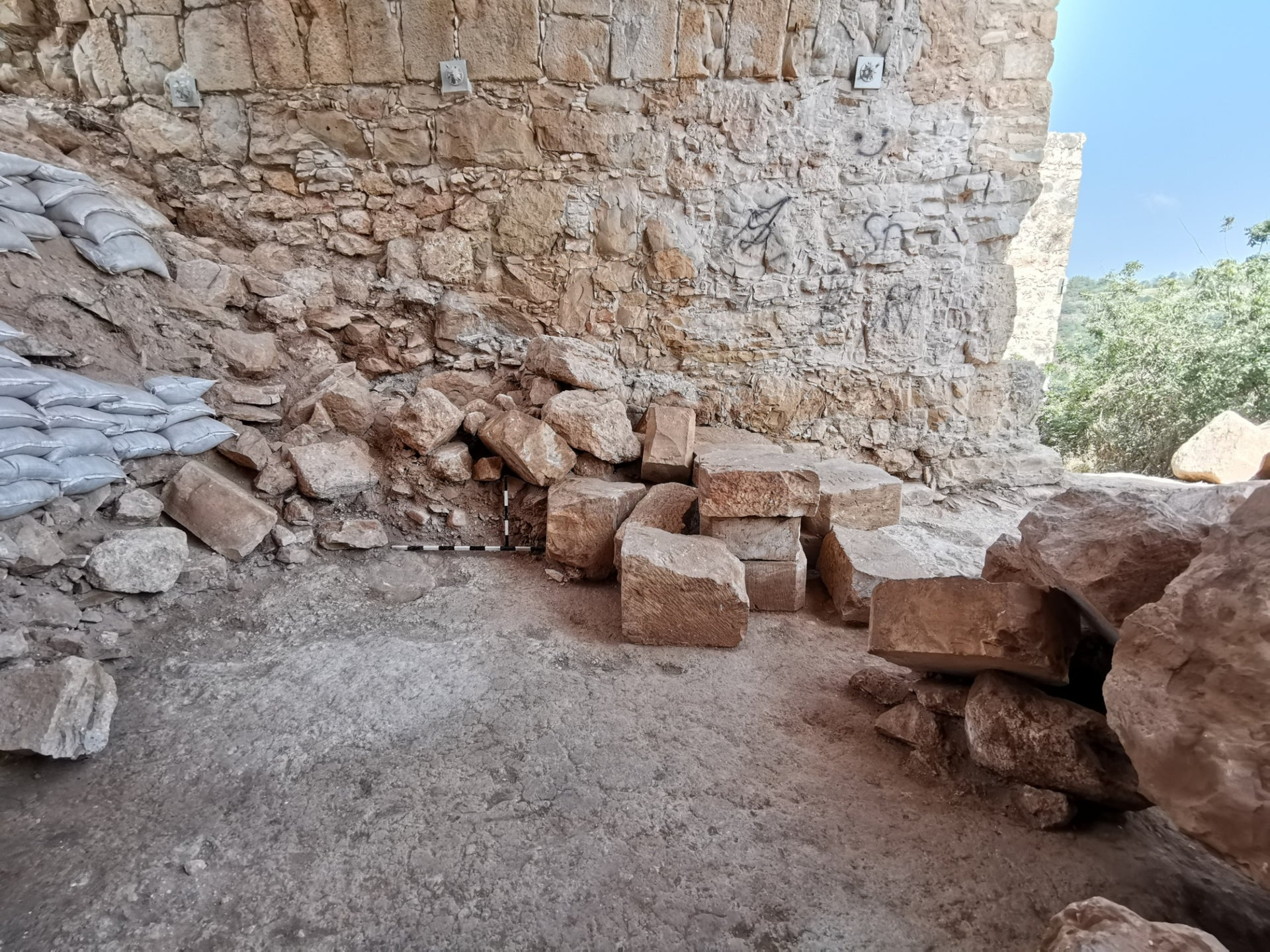 The vault with stacked ashlars from the collapse