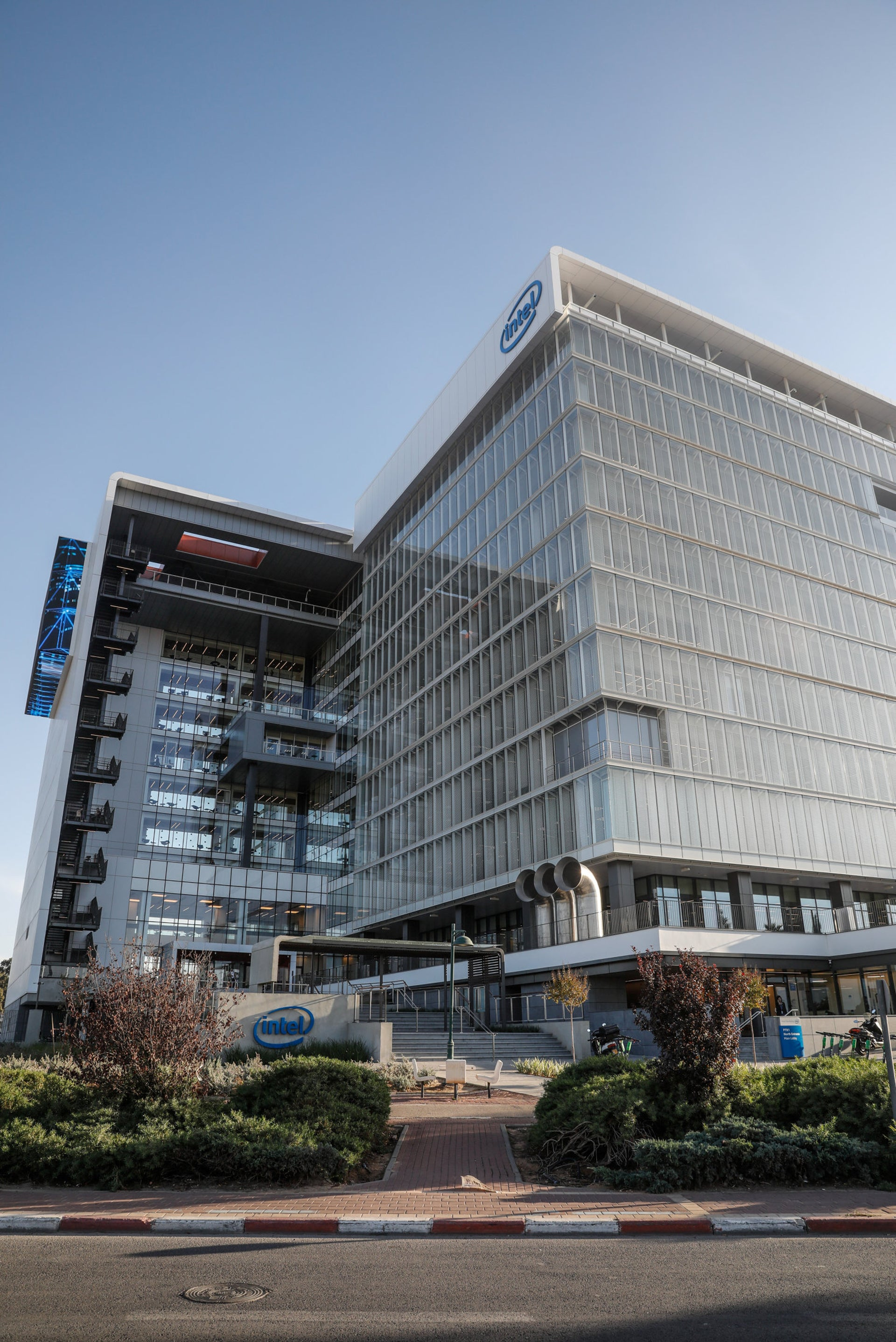 Intel Israel's new headquarters. Located in Kiryat Arye, a bland office park, cut off from the urban fabric.