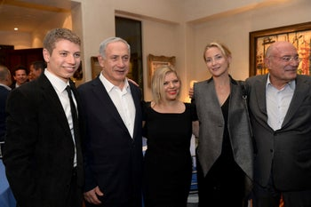 From left to right: Yair, Benjamin and Sara Netanyahu, with actress Kate Hudson and Arnon Milchan, Los Angeles, June 3, 2014
