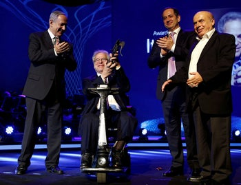 Israeli-American violinist Itzhak Perlman (C) receives the 2016 Genesis Prize. Natan Sharansky, then head of the Jewish Agency, and recipient of the 2019 award, is on the right, PM Benjamin Netanyahu on the left, Jerusalem, June 23, 2016