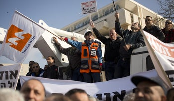 Electric Company's employees protest in front of the Prime Minister's on January 28, 2014.