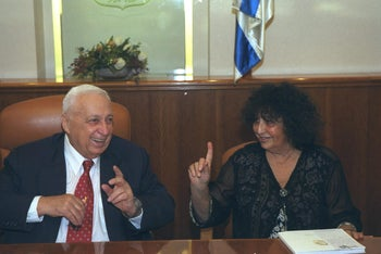 Geulah Cohen with Prime Minister Ariel Sharon, 2002.