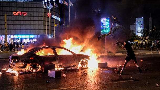 A burning car during protests against the shooting death of Solomon Teka, Tel Aviv, July 2, 2019.