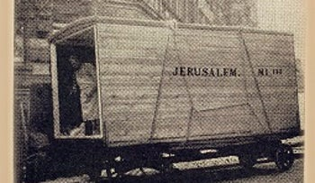 The photo from Der Stürmer's 1935 front page showing the Lorch family's belongings being sent to Jerusalem.