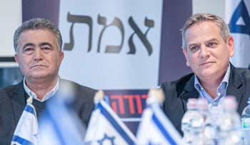 Labor's Amir Peretz and Meretz's Nitzan Horowitz at a joint campaign meeting, January 20, 2020