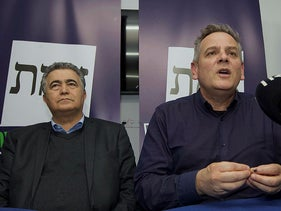 Labor chairman Amir Peretz and Meretz leader Nitzan Horowitz an election rally in Be'er Sheva, January 21, 2020.