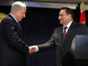 Benjamin Netanyahu shakes hands with Hosni Mubarak in Sharm el-Sheikh on May 11, 2009.