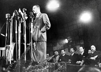 Egyptian Prime Minister Gamal Abdel Nasser reading the preamble to the new Egyptian Constitutionת January 18, 1956