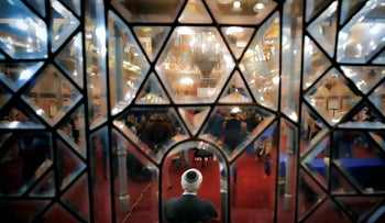 FILE PHOTO: People attend a service at a synagogue in the U.S. As coronavirus spreads in America, synagogues alert their Jewish congregates