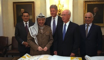(L-R) Egyptian President Mubarak, Palestinian President Arafat, U.S. President Clinton, Israeli Prime Minister Rabin and Jordan's King Hussein after signing the Oslo II agreements, 1995.