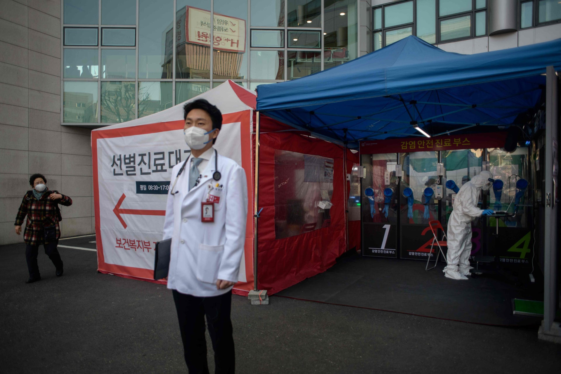 Hospital president Kim Sang-il (C) stands outside a COVID-19 novel coronavirus testing booth at Yangji hospital in Seoul on March 17, 2020.