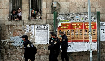 Israeli policemen enforce government restrictions placed to curb the spread of the coronavirus in Mea Shearim neighbourhood of Jerusalem March 26, 2020.