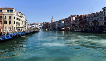 A general view shows clear waters of the Grand Canal near the Rialto Bridge in Venice on March 18, 2020, as a result of the stoppage of motorboat traffic, following the country's lockdown within the new coronavirus crisis