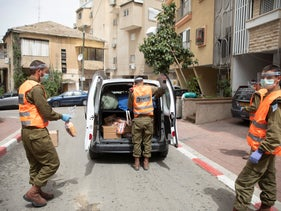 Soldiers from the Home Front Command distributing food in Bnei Brak.