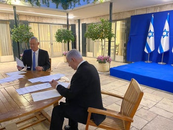 Netanyahu and Gantz signing the coalition deal at the Prime Minister's Residence in Jerusalem, April 20, 2020