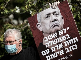 A man protesting in front of Benny Gantz's home in Rosh Ha'ayin, March 2020
