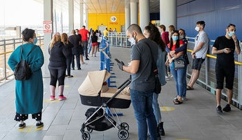 Israelis standing in line at Ikea, Rishon Letzion, April 26, 2020.